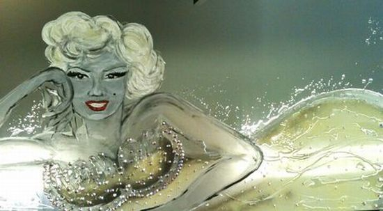 Glamorous Marilyn Monroe mirror donated for charity